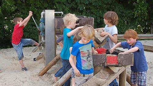 Kinderen spelen met blokken hout