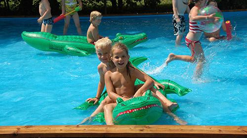 Kinderen die zwemmen